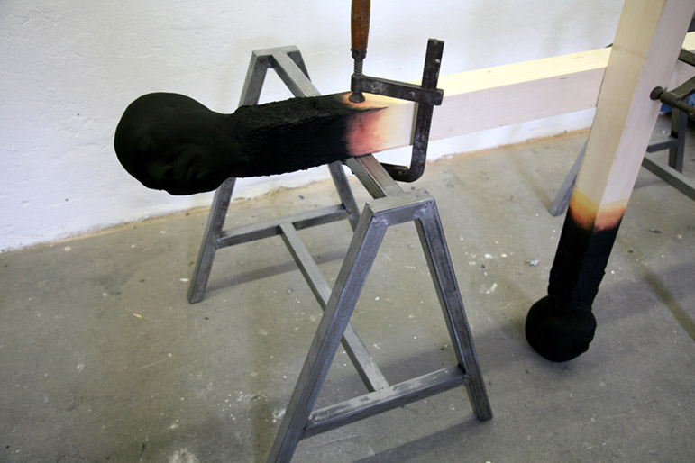Matchstickmen - Installationsaufbau Material : Holz. Stahl, Schraubzwingen, Hartschaum, Acrylfarbe - Wolfgang Stiller