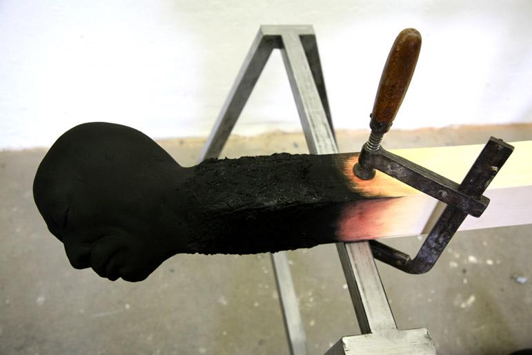 Matchstickmen  Cross - Installationsaufbau Material : Holz. Stahl, Schraubzwingen, Hartschaum, Acrylfarbe - Wolfgang Stiller