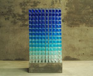 almost transparent blue 2006 - bluestack_1 ; Wasserfarben, Glas, Acrylglasbecher auf Betonsockel, Maße 180 x 90 x 90 cm - Wolfgang Stiller