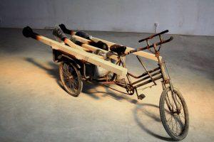 Tote Seelen  2008 Installation Materialien, Holz, Hartschaum, Acrylfarbe, chinesisches Fahrrad - Wolfgang Stiller