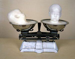 twins sleeping, 2000, Wachs, Metallschüsseln auf Waage, 40 x 30 x 20 cm - Wolfgang Stiller
